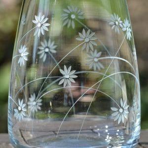 Vase mit Blüten in Keilschnitt graviert